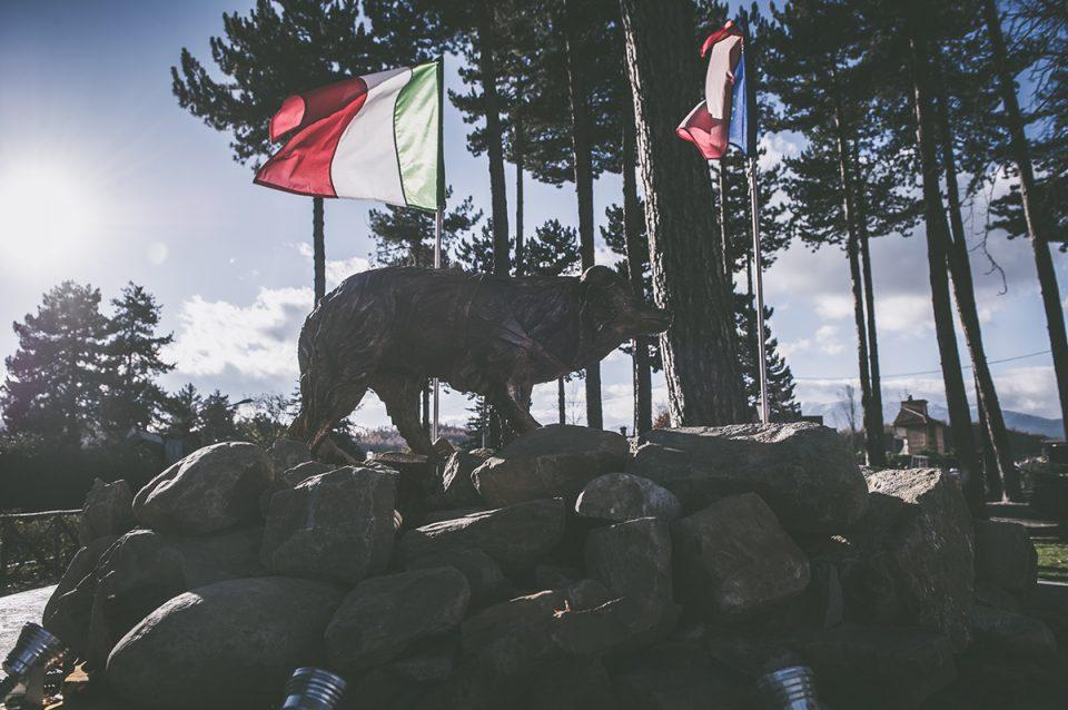 Monumento dedicato a Camilla, cane eroe che ha soccorso i terremotati, poi deceduto tempo fa
